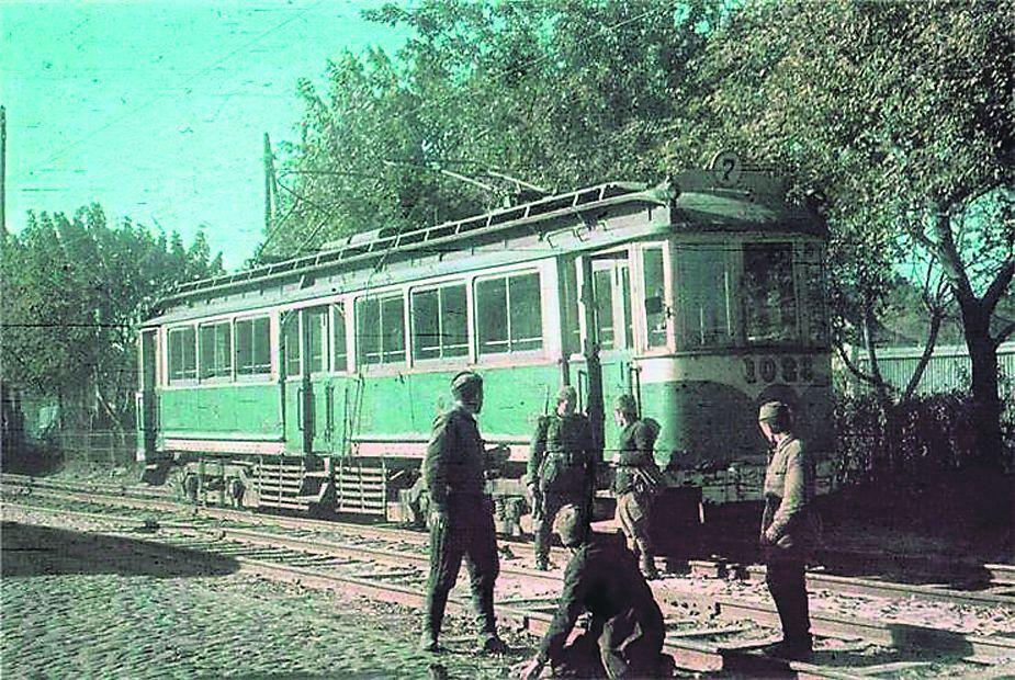 Немцы возле одного из киевских трамваев.