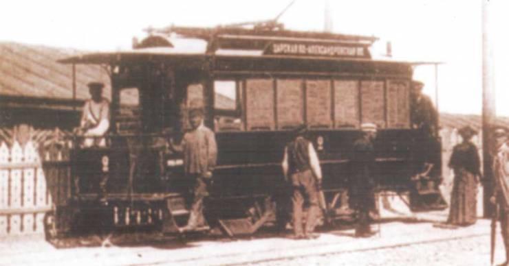 Вагоны первого электрического трамвая на владимирском спуске.