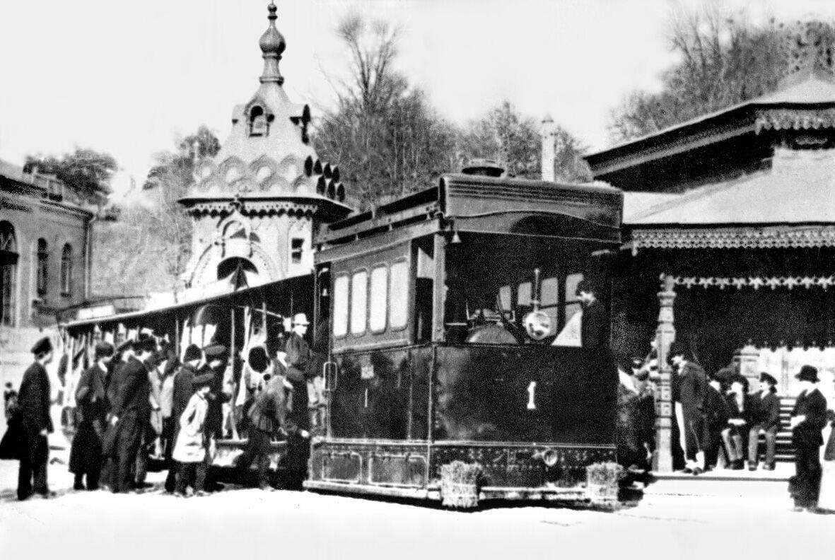 Паровой трамвай в центре города.