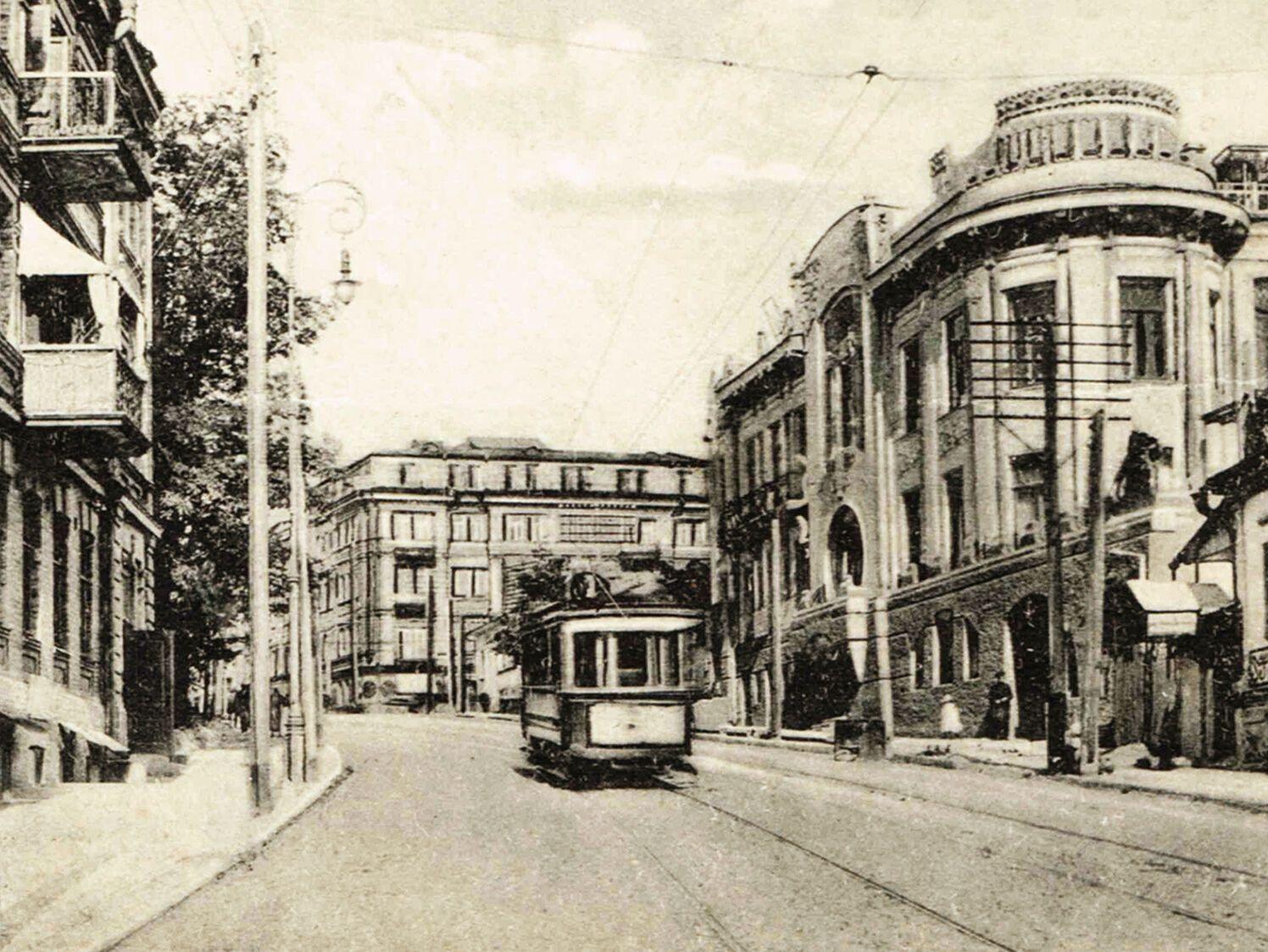 Трамвай на нынешней улице Олеся Гончара.