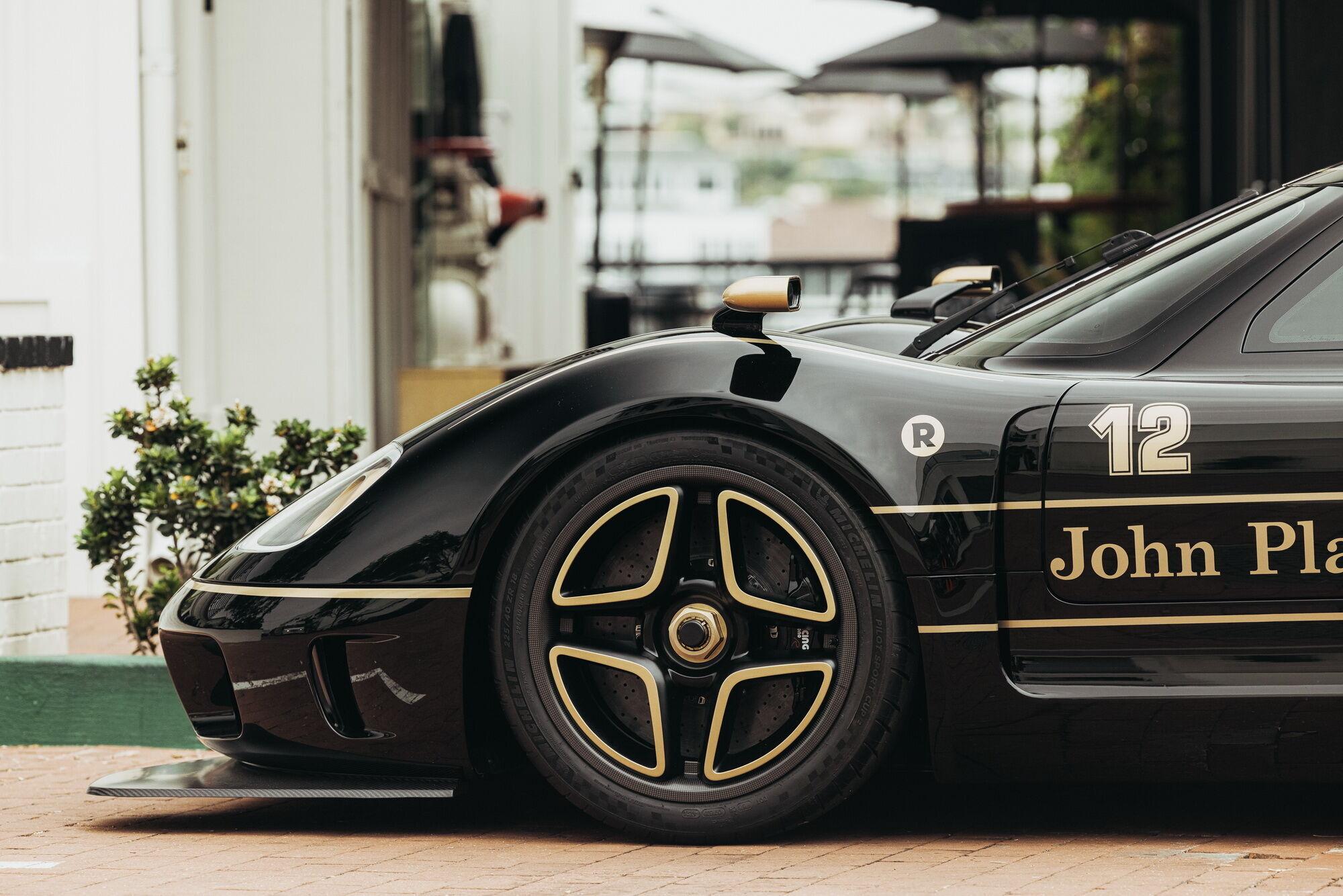 Автомобіль отримав супорти AP Monobloc та повністю карбонові диски діаметром 360 мм