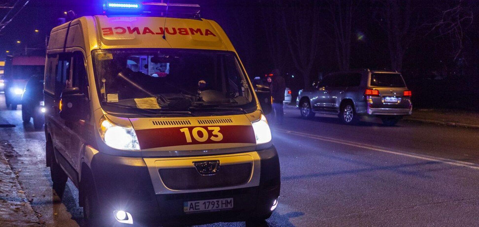 В Днепре молодой мужчина умер возле супермаркета. Видео