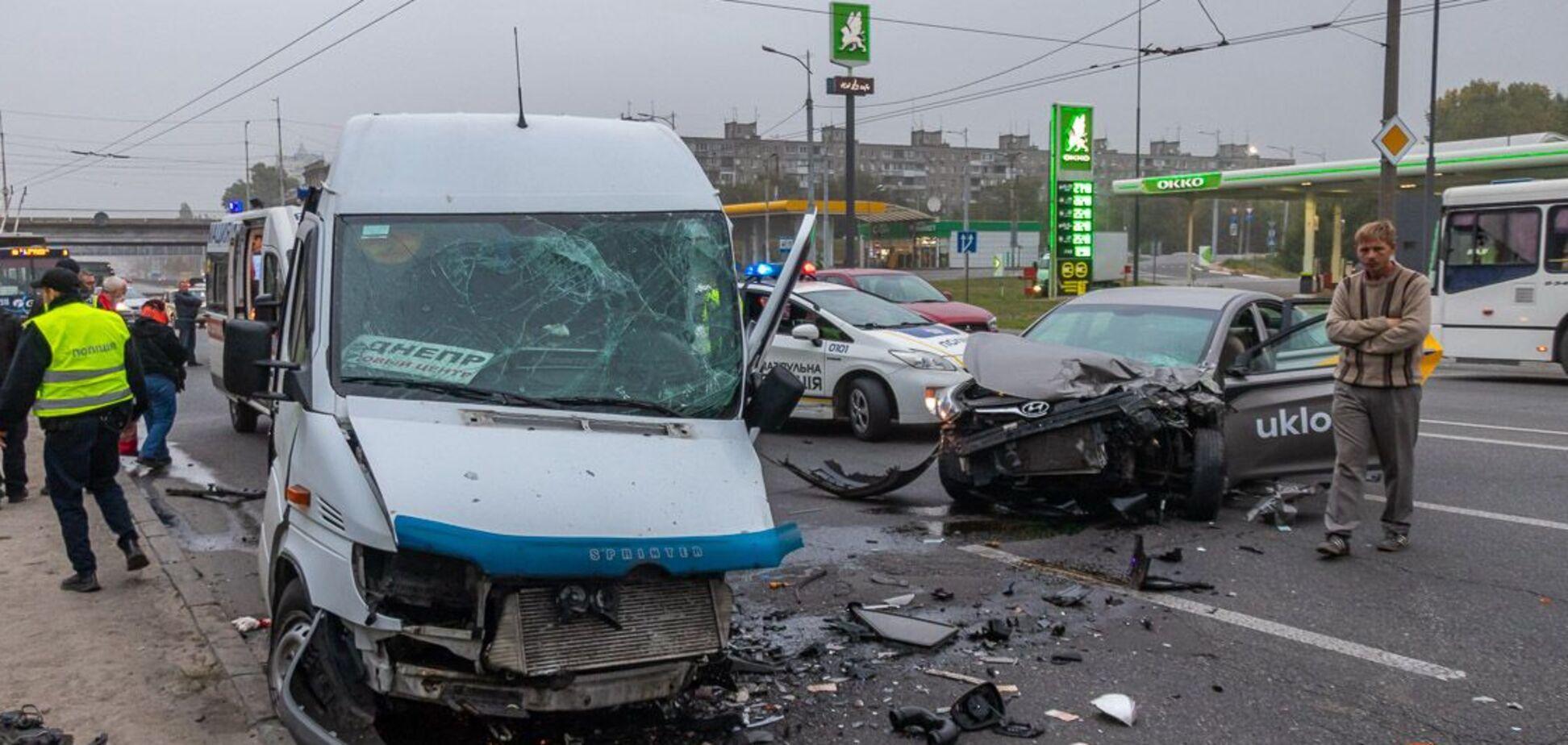 В Днепре таксист уснул за рулем и влетел в маршрутку, есть пострадавшие. Фото