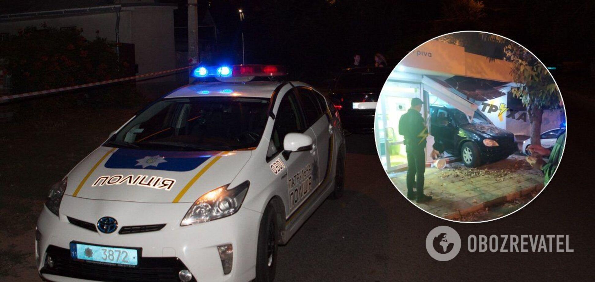 В Харькове Mercedes влетел в пивной киоск