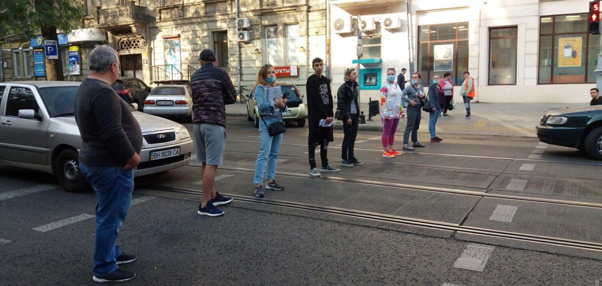 Одесситы вышли на протест из-за громких посиделок в ресторане. Фото и видео