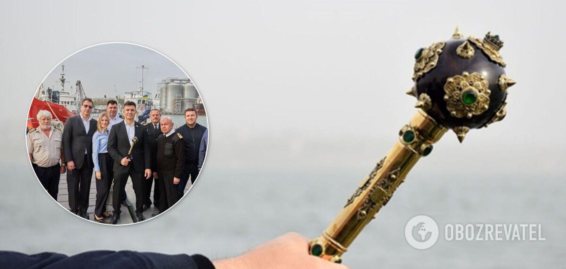 В Киев привезут 'булаву', с которой Зеленский снимался в сериале 'Слуга народа'