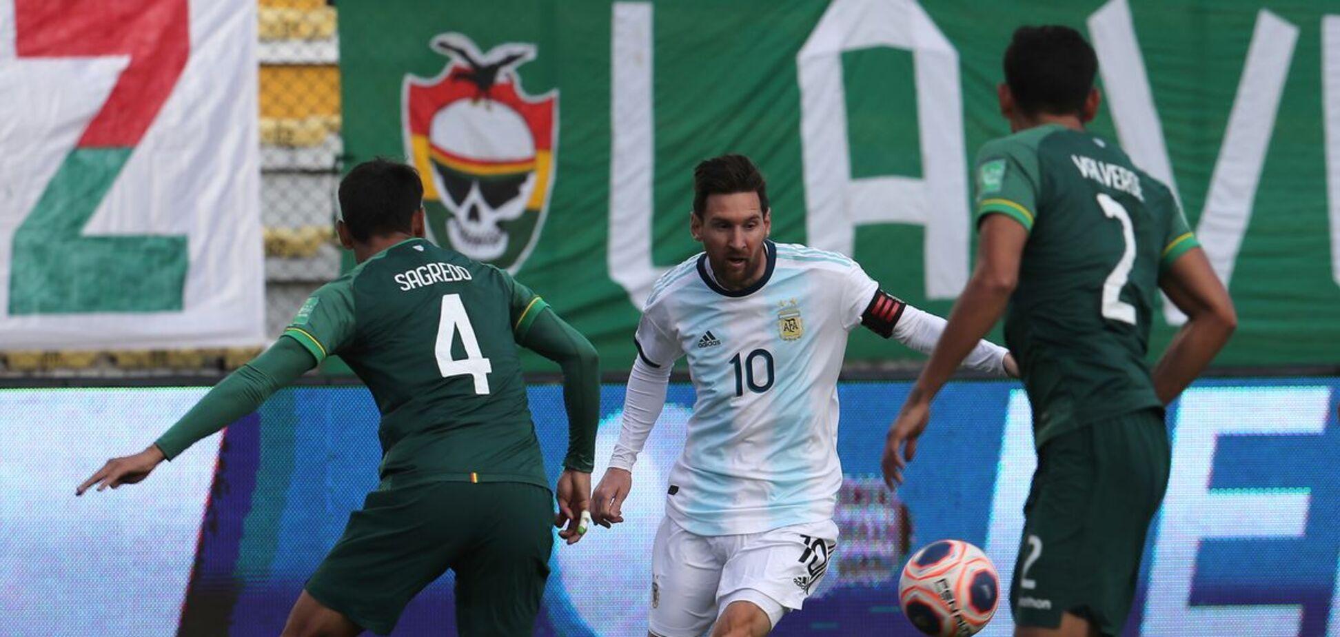 Месси против игроков сборной Боливии