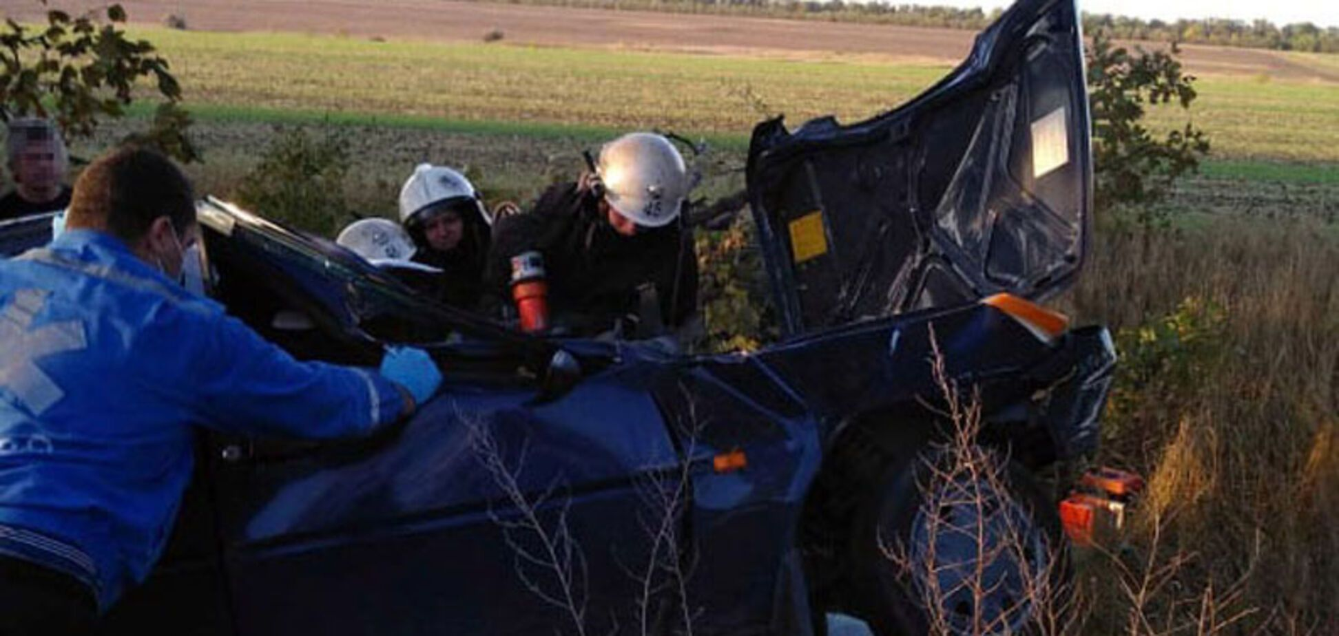 Под Днепром автомобиль влетел в дерево: водителя вырезали спасатели