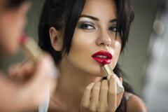 Названо 4 головних помилки в макіяжі губ, які роблять образ дешевим