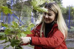 Дніпро-квітучий: співробітники мерії та мешканці ОСББ висадили 70 молодих дерев