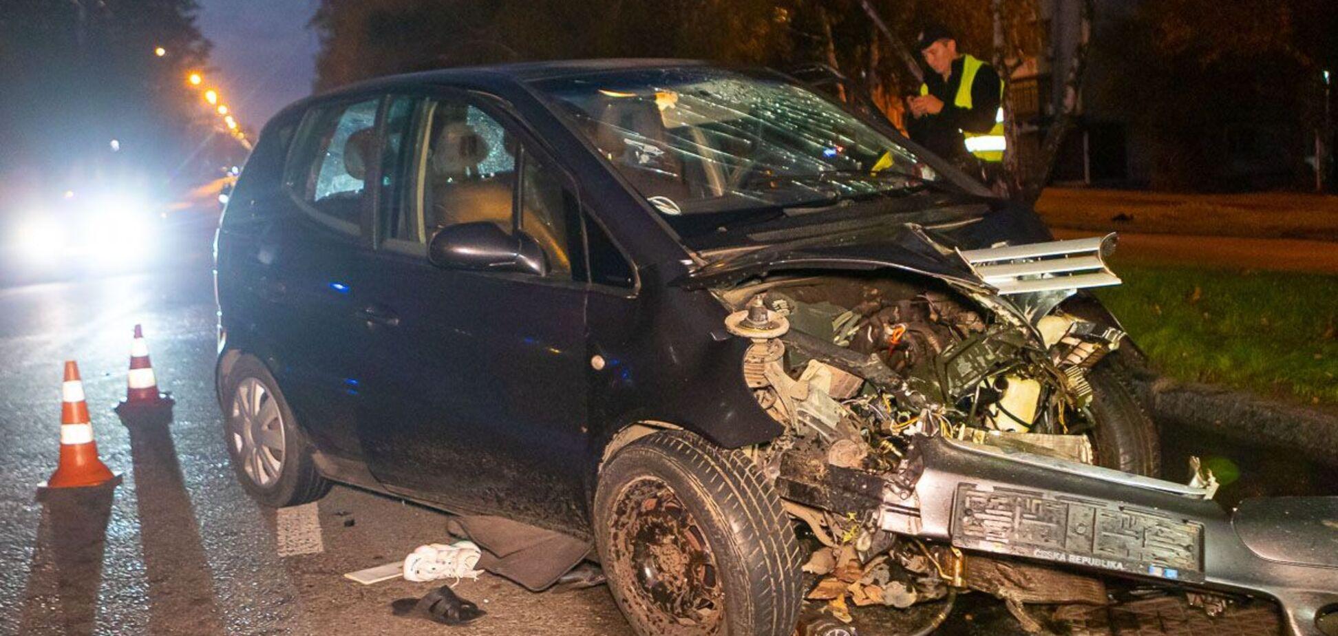 В Днепре авто врезалось в столб: пассажирка вылетела через окно. Фото и видео