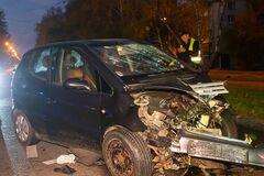 У Дніпрі авто врізалося в стовп: пасажирка вилетіла через вікно. Фото і відео