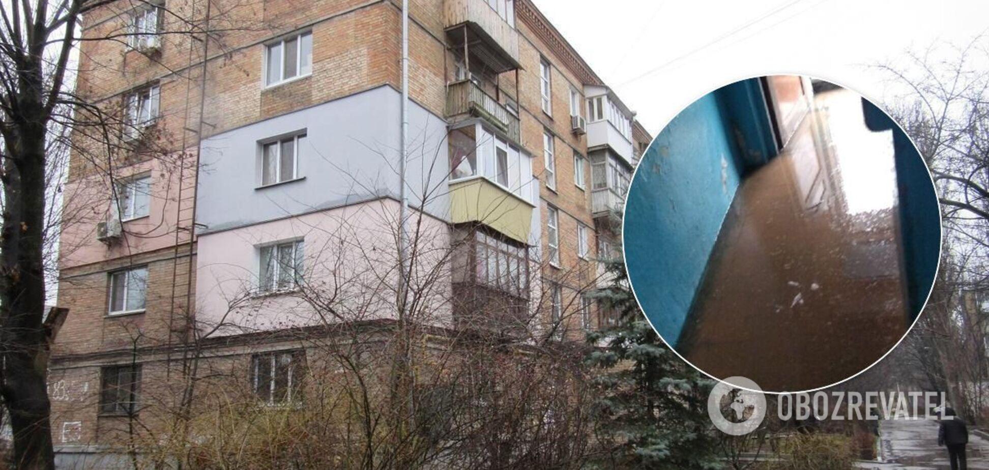 Люди швабрами и щетками 'выгоняли' воду из квартир