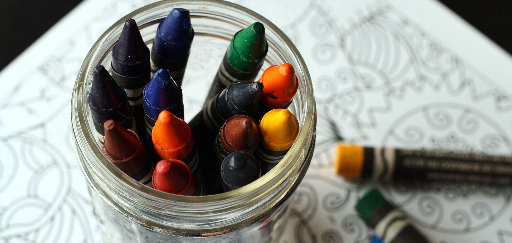 Ко Дню учителя дети рисуют открытки, рисунки, плакаты и стенгазеты