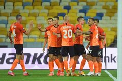 Футболисты 'Шахтера' празднуют гол 'Вольфсбургу'