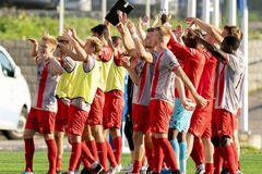 Футболисты 'Стреммена' празднуют разгромную победу