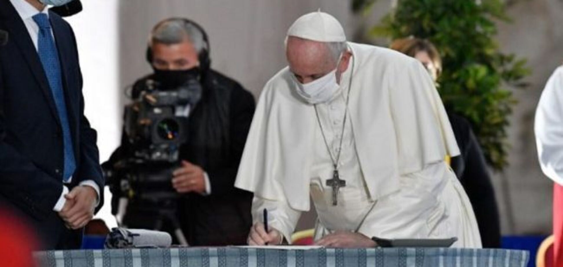 Папа Римский впервые надел маску на публичном мероприятии
