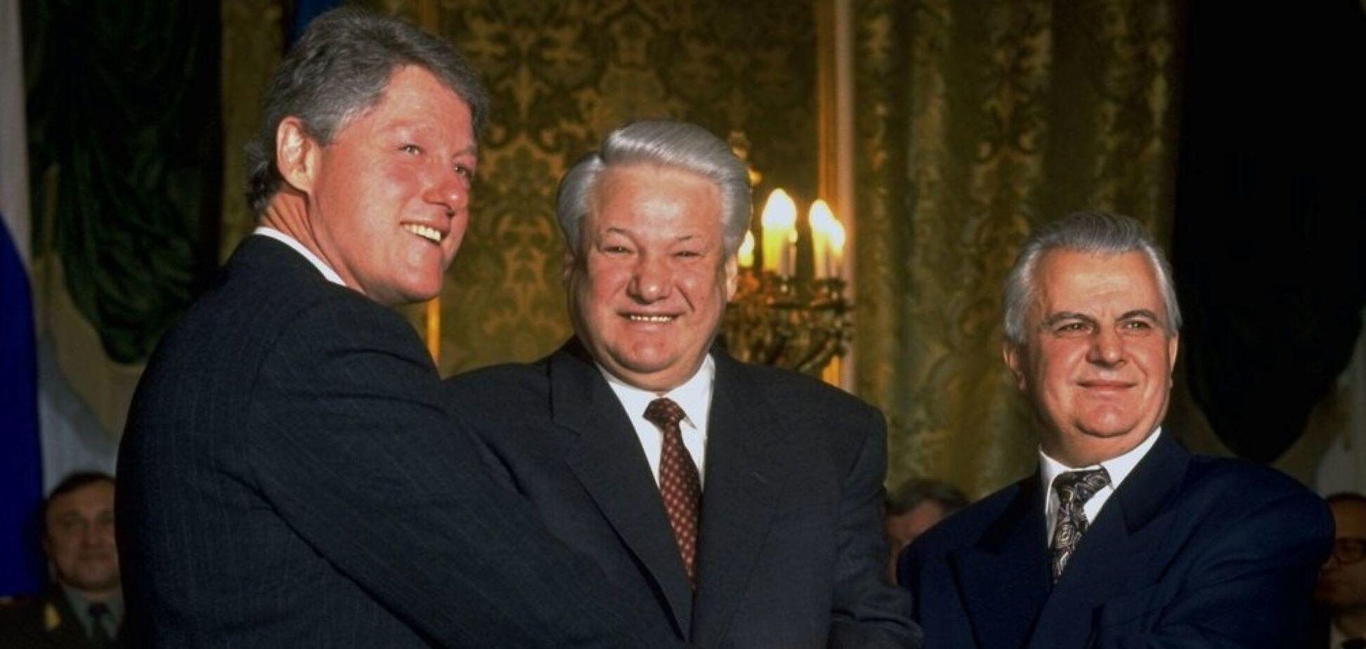 Після підписання Будапештського меморандуму Україна приєдналася до Договору про нерозповсюдження ядерної зброї. Зліва направо: Білл Клінтон, Борис Єльцин, Леонід Кравчук