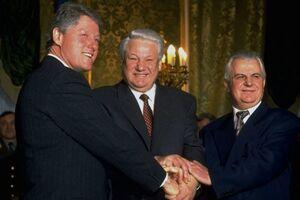 После подписания Будапештского меморандума Украина присоединилась к Договору о нераспространении ядерного оружия. Слева направо: Билл Клинтон, Борис Ельцин, Леонид Кравчук
