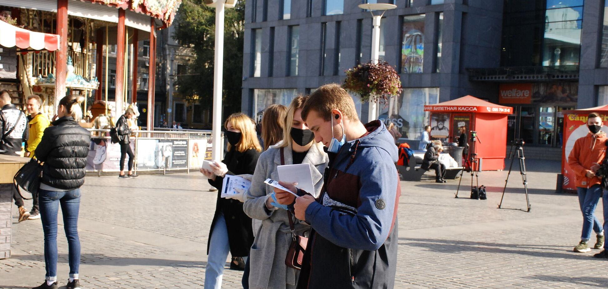 Представники Молодіжної ради Дніпра розповіли жителям про інфекційну безпеку під час голосування
