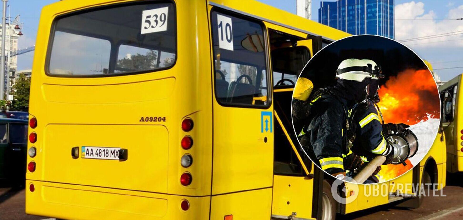 В Киеве загорелась маршрутка. Видео с места ЧП