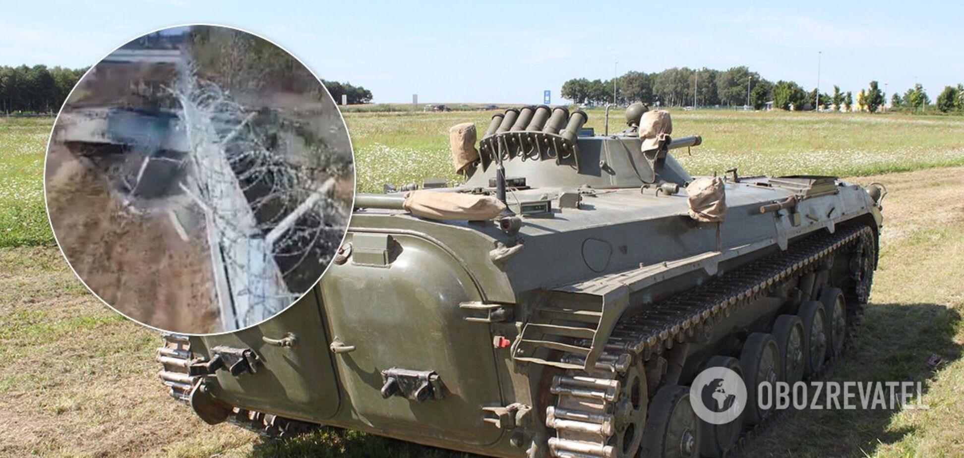 Військові на БМП проломили паркан аеропорту