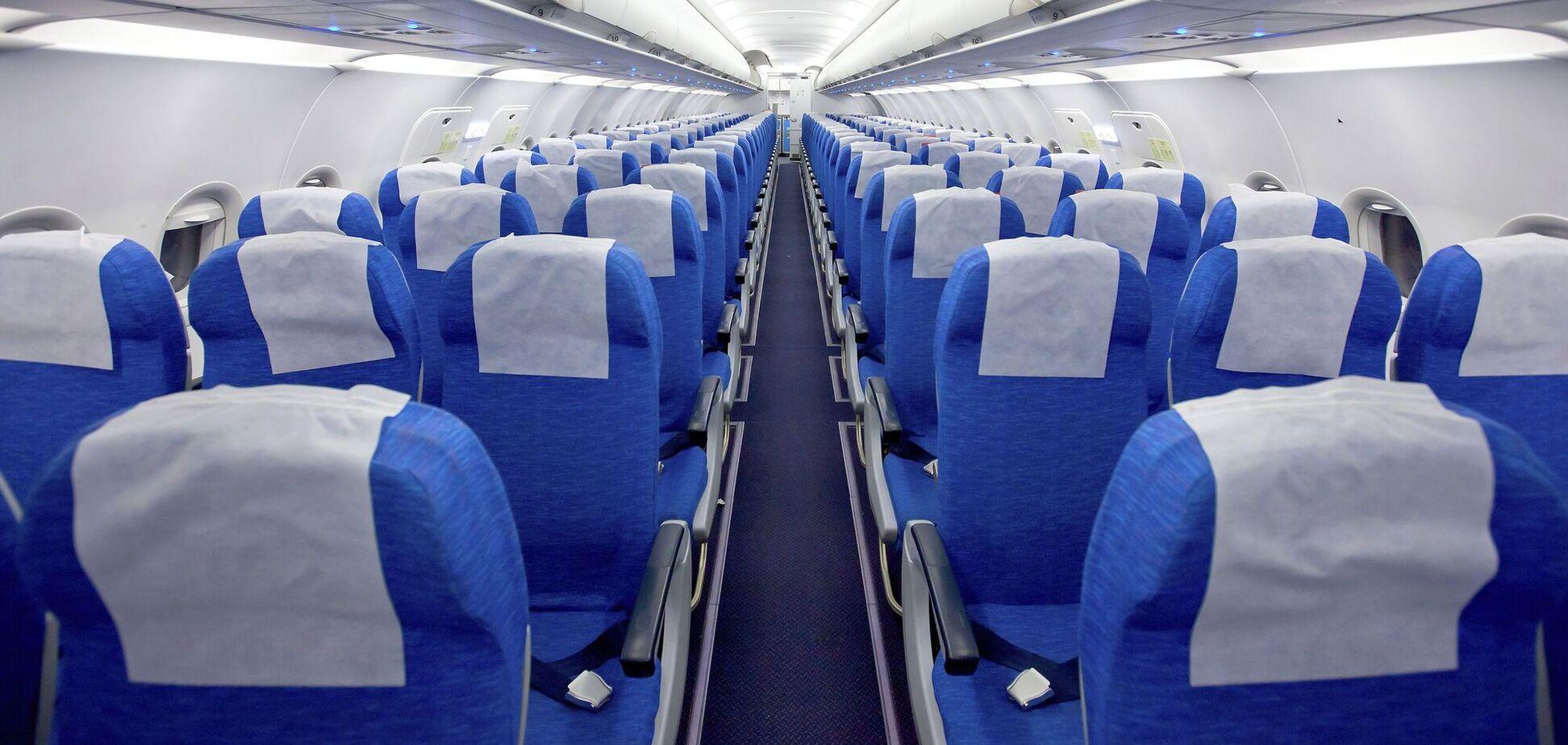Раскрыта самая опасная поверхность для касания в самолете при пандемии