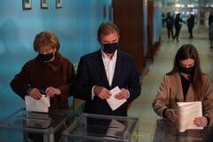 Александр Попов проголосовал на своем избирательном участке