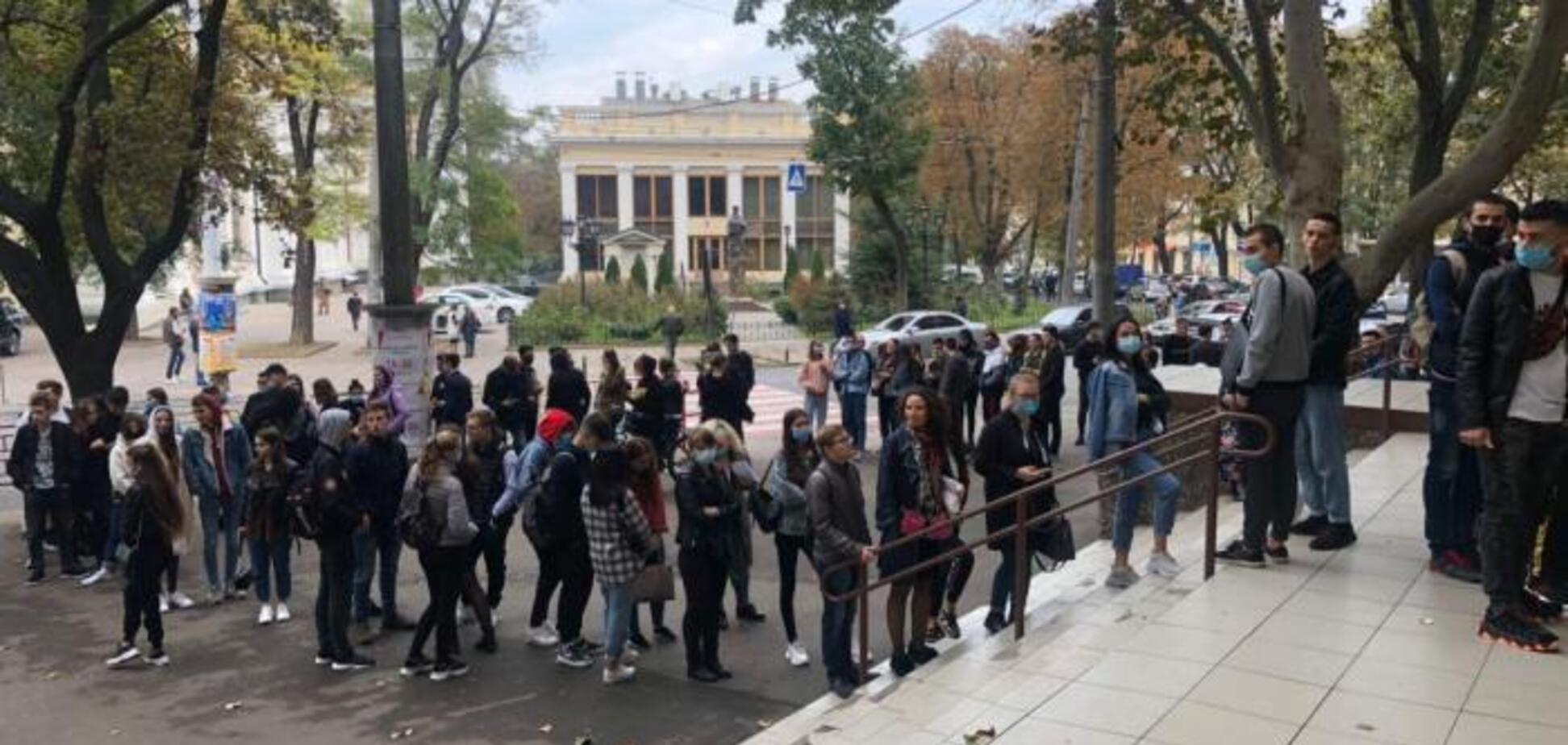 В Одесі утворилися черги біля дільниць
