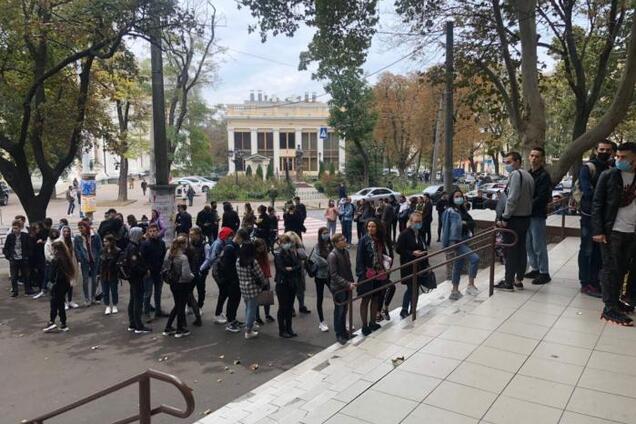 В Одессе образовались очереди у участков