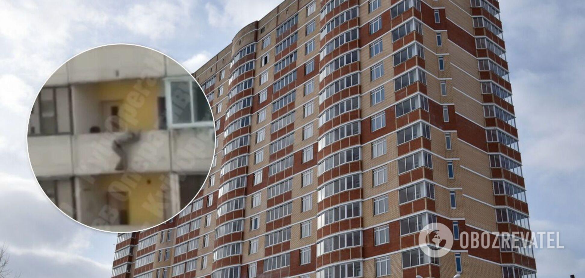 У Києві жінка намагалася вистрибнути з вікна багатоповерхівки. Відео 18+