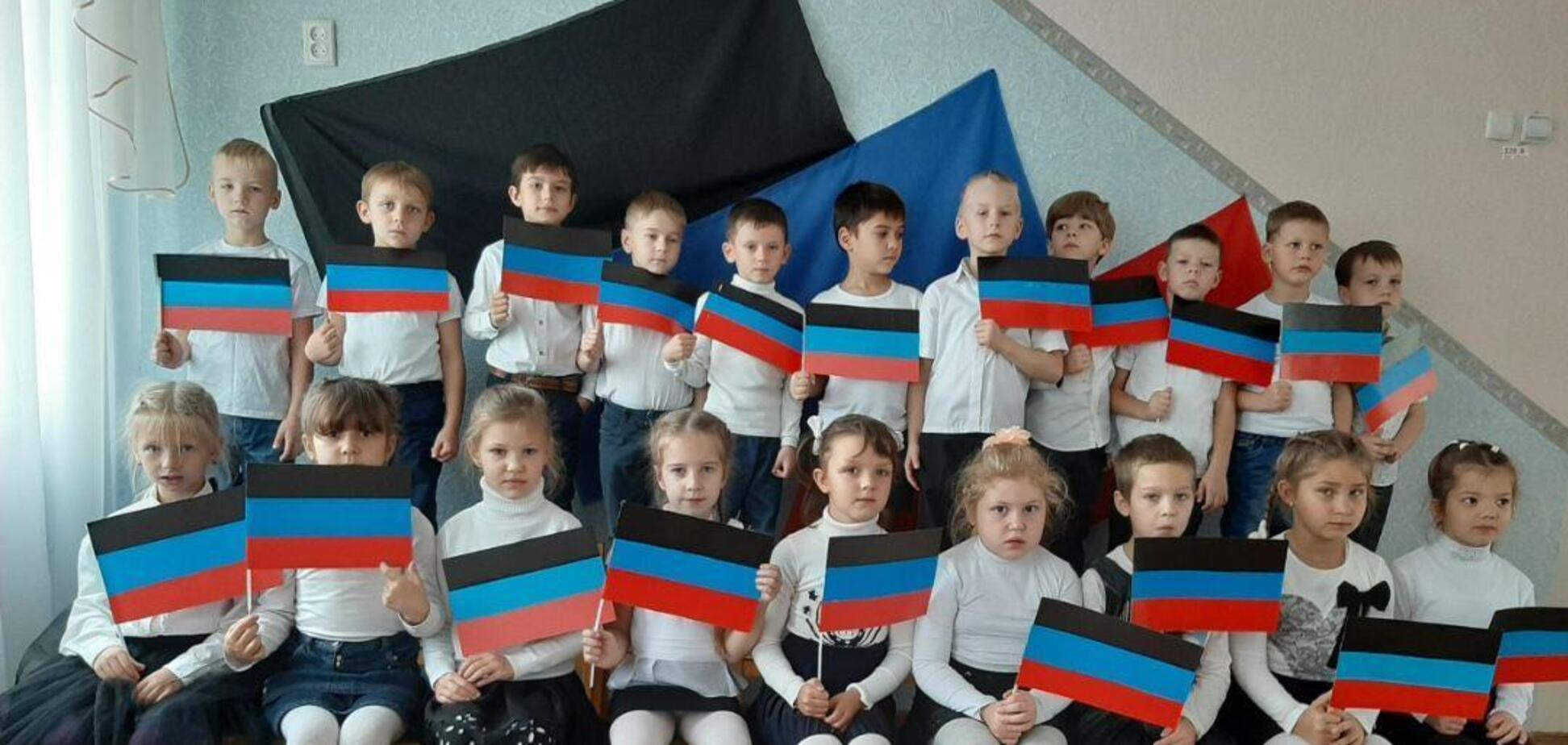Дітей в садочку Харцизька фотографують з прапорами терористів