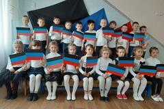 Детей в садике Харцызска фотографируют с флагами террористов