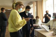 Зеленский проголосовал на местных выборах: под участком устроили акцию Femen. Видео