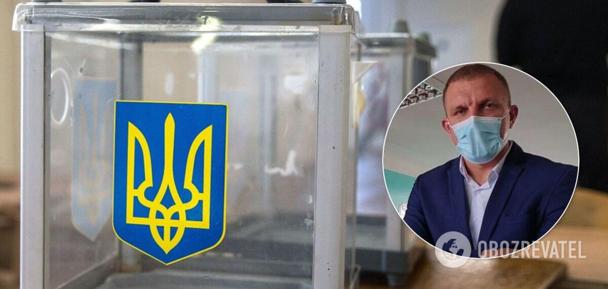 Под Днепром кандидат в депутаты от 'Слуги народа' набросился с кулаками на журналистку на избирательном участке