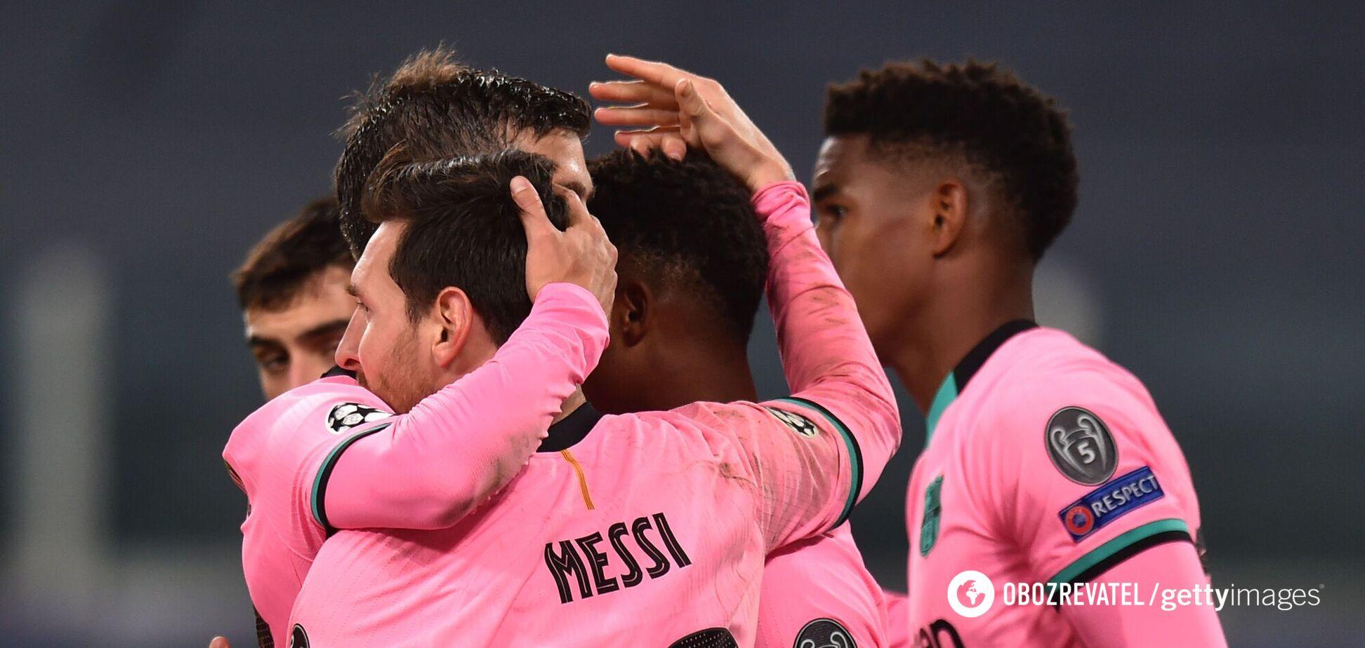 Игроки 'Барселоны' празднуют гол
