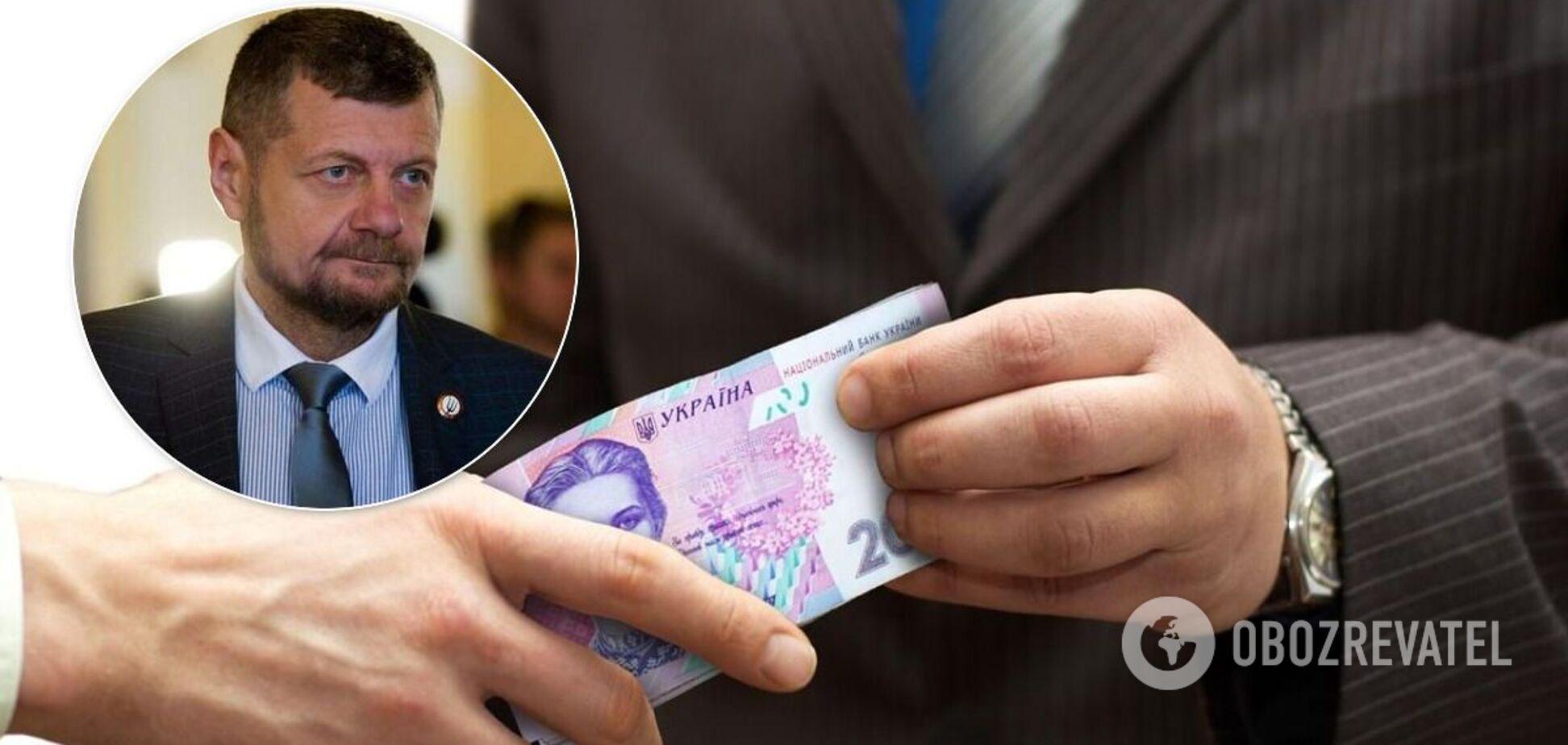 Людям роздавали в конвертах по 1000 гривень