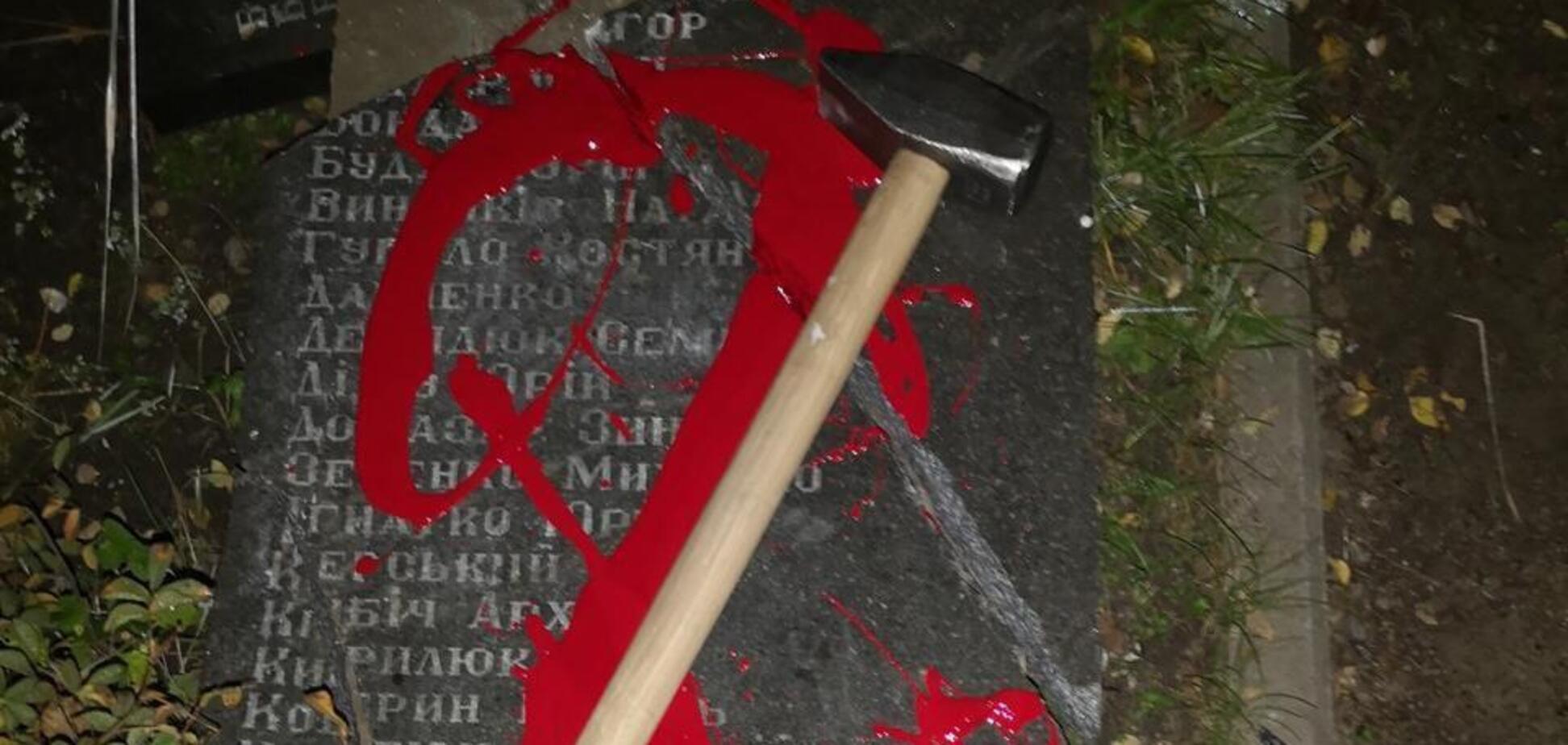 Вандали спаплюжили плиту на честь ОУН у Бабиному Яру