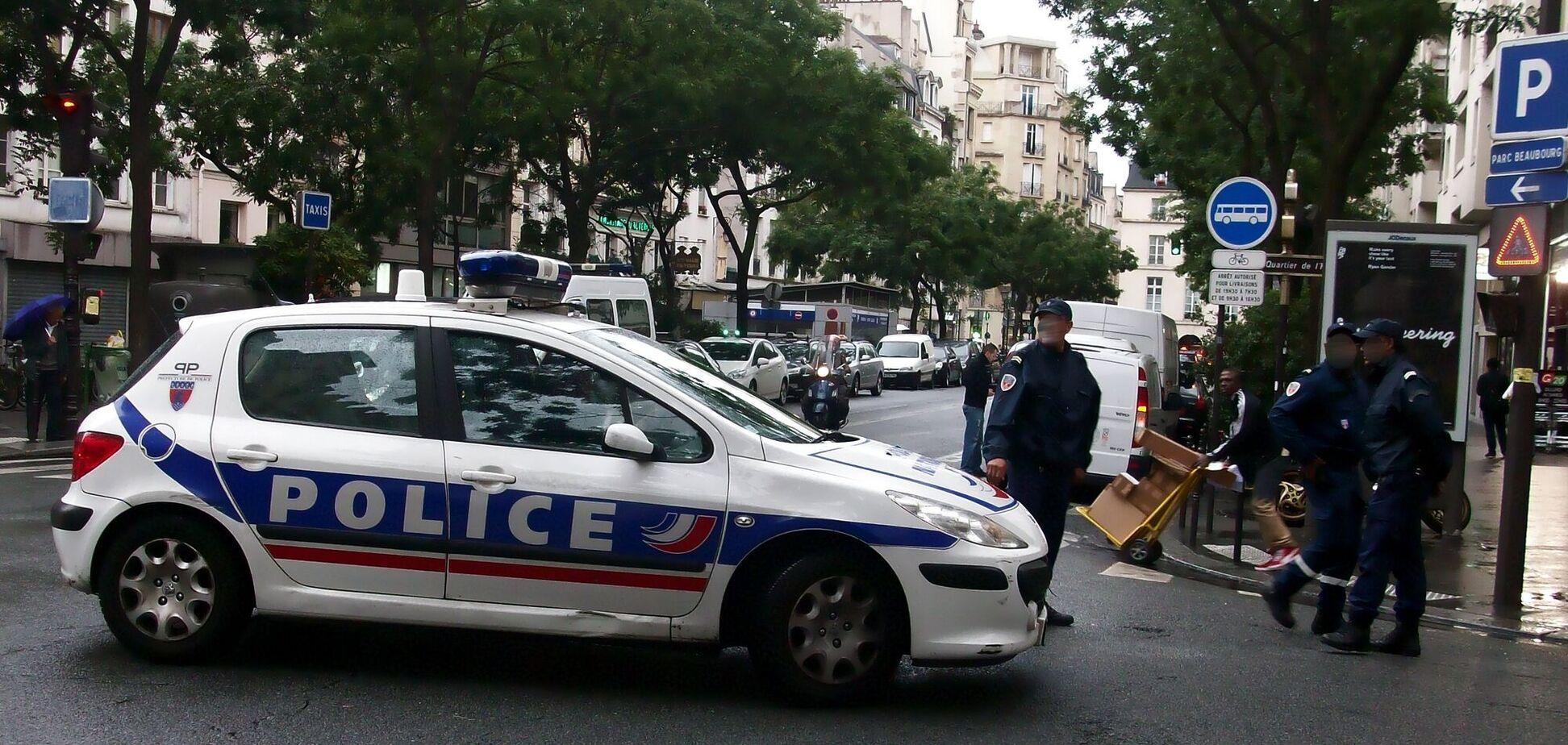 В Париже полицейский задержали мужчину с ножами