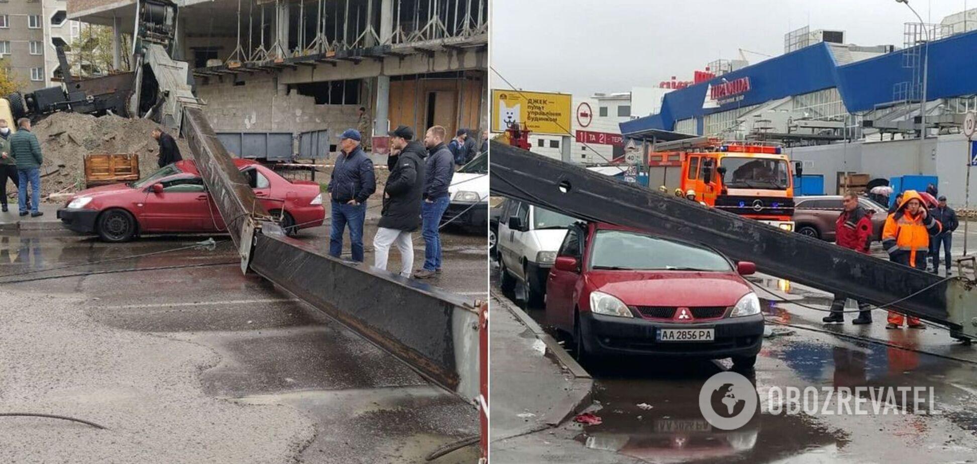 В Киеве упал строительный кран и раздавил автомобиль