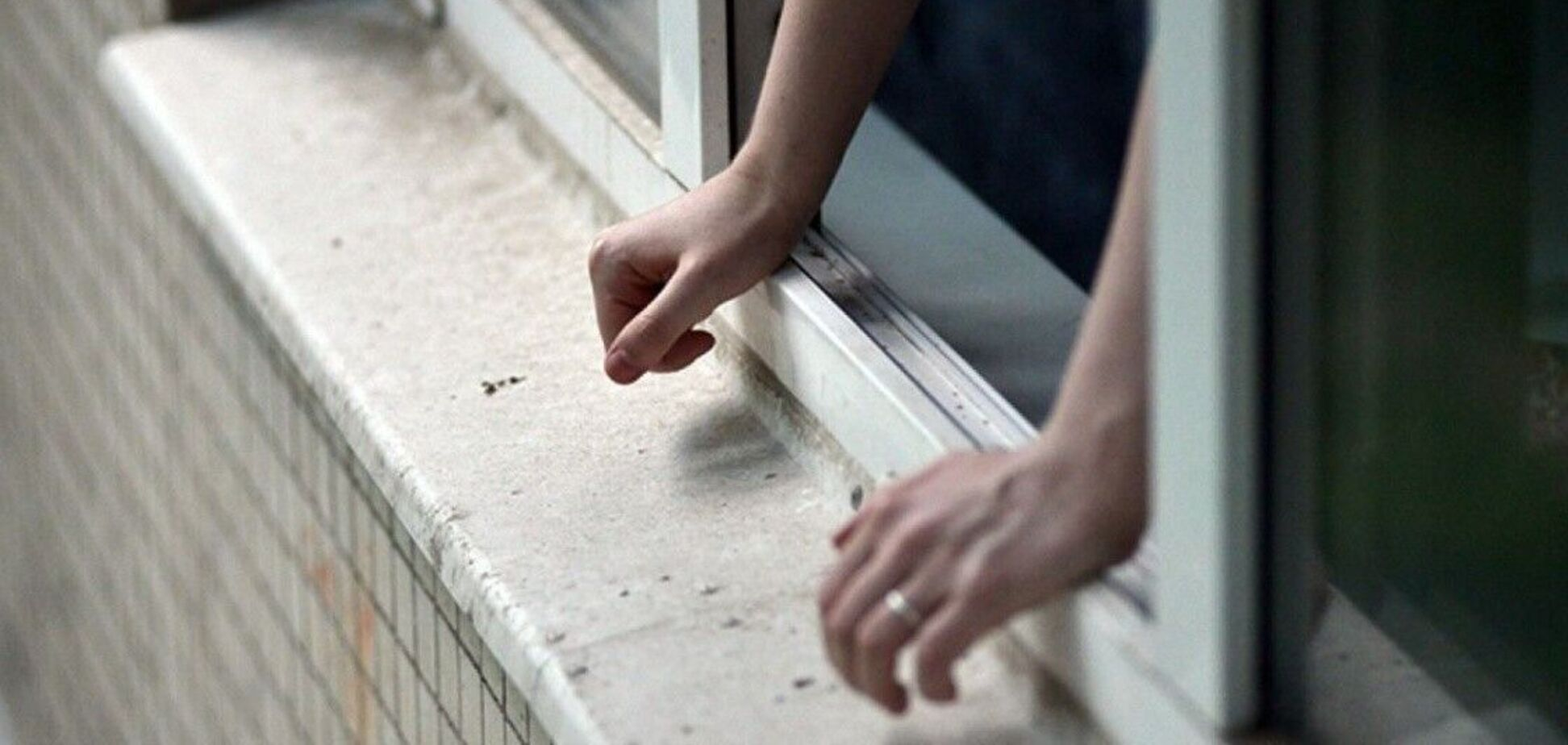 В Днепре мужчина разбился, выпав из окна многоэтажки. Фото 18+