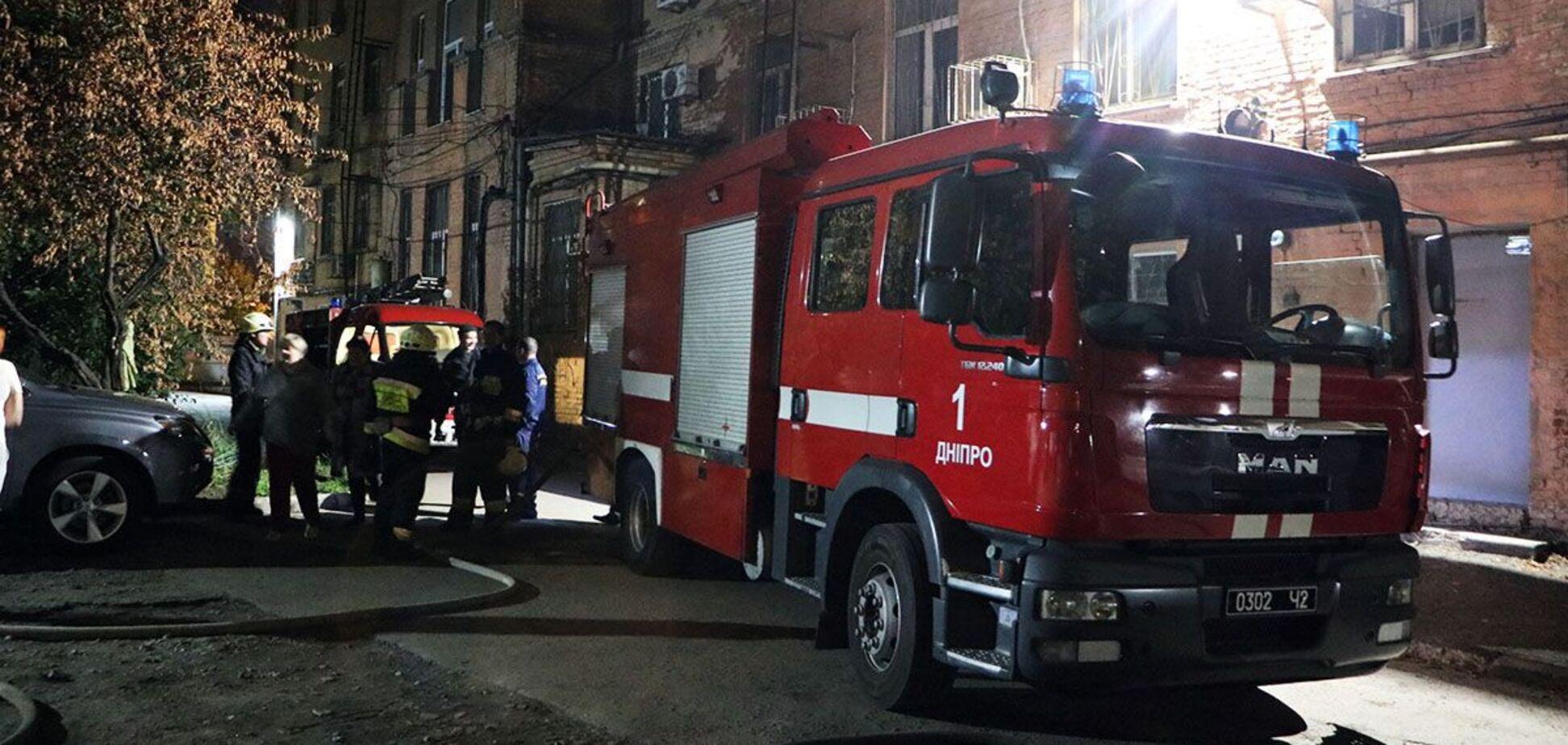 В Днепре спасатели во время пожара вынесли на руках троих детей. Фото и видео