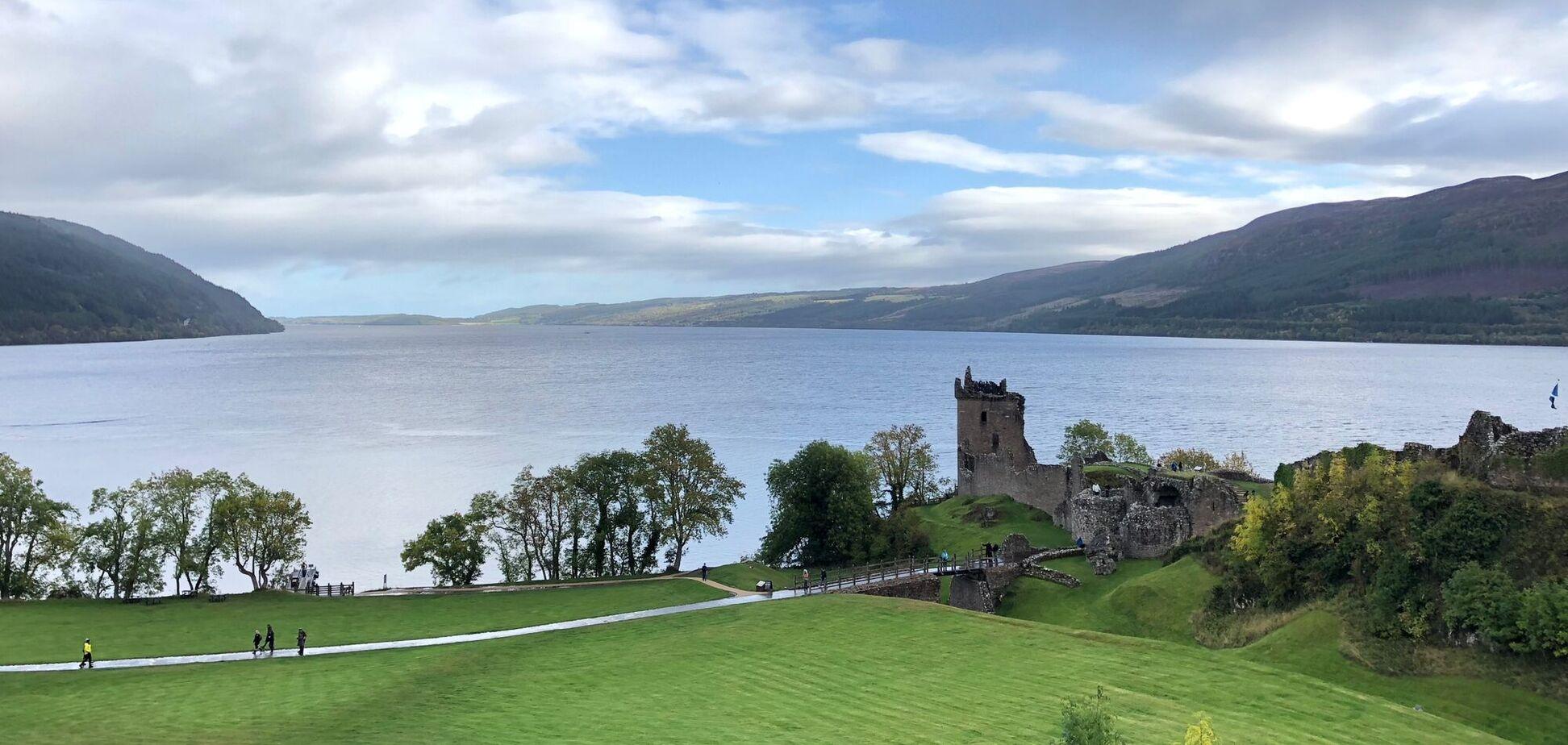 В озере Лох-Несс, согласно шотландской легенде, живет мифический монстр