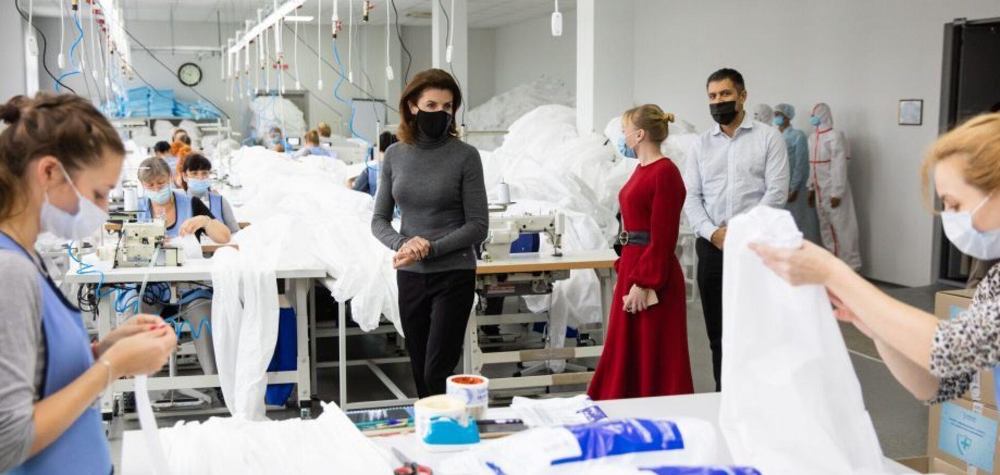 Марина Порошенко побувала на виробництві високоякісних захисних медичних костюмів.