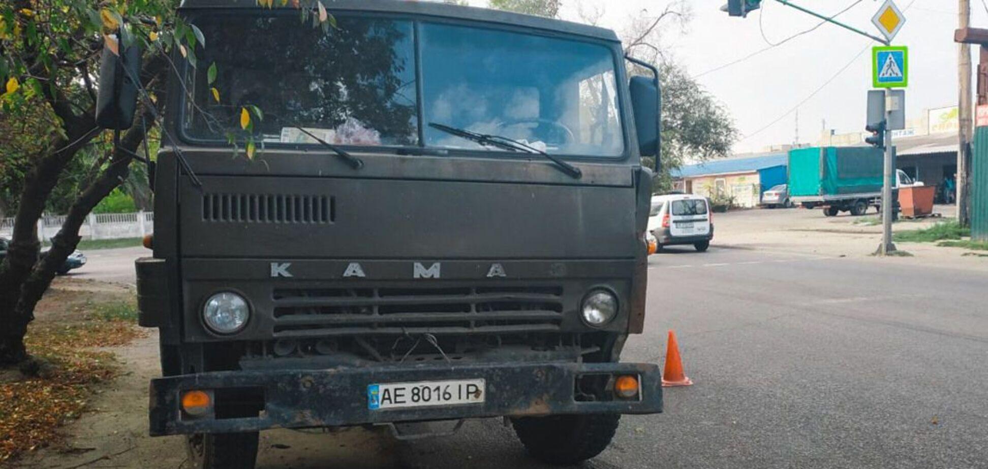 В Днепре грузовик сбил выскочившего на дорогу ребенка. Фото 18+
