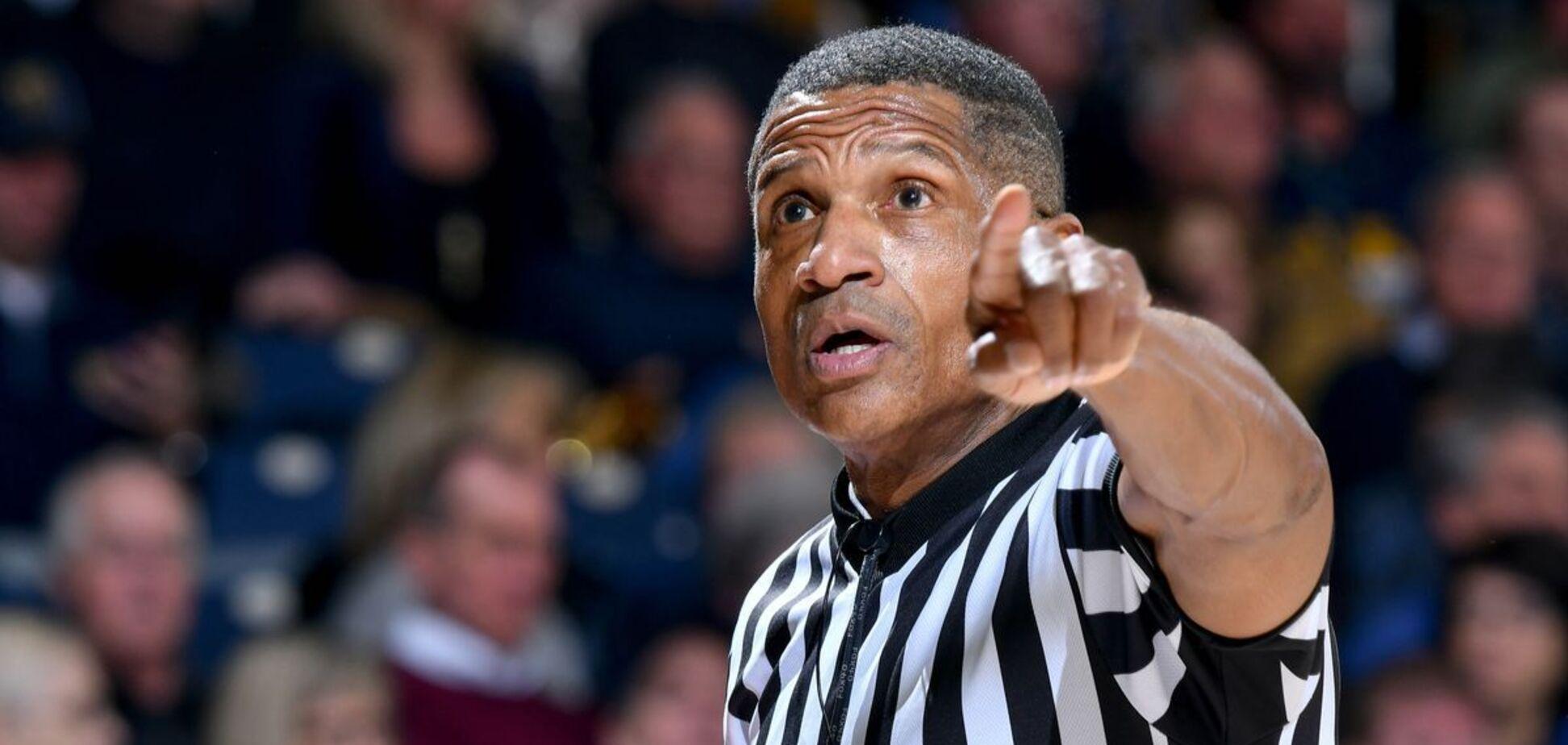 Баскетбольный судья с мячом