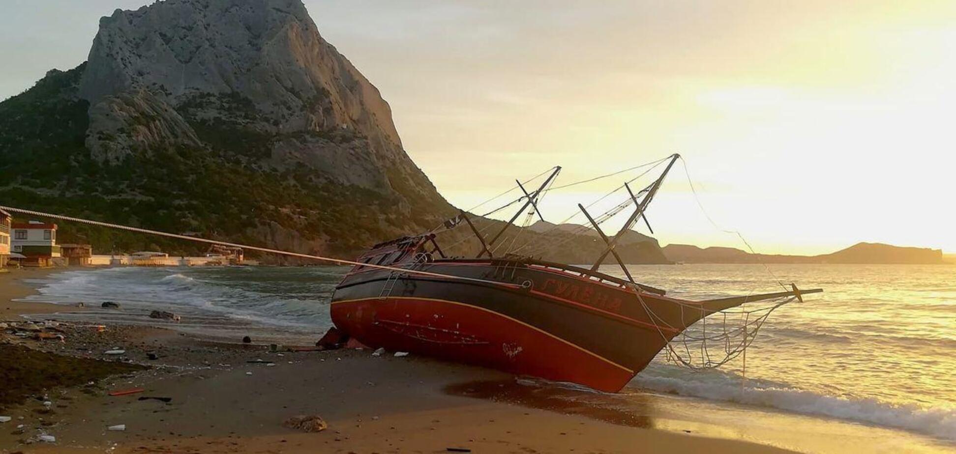 Шхуну 'Гулена' в Крыму выбросило на берег