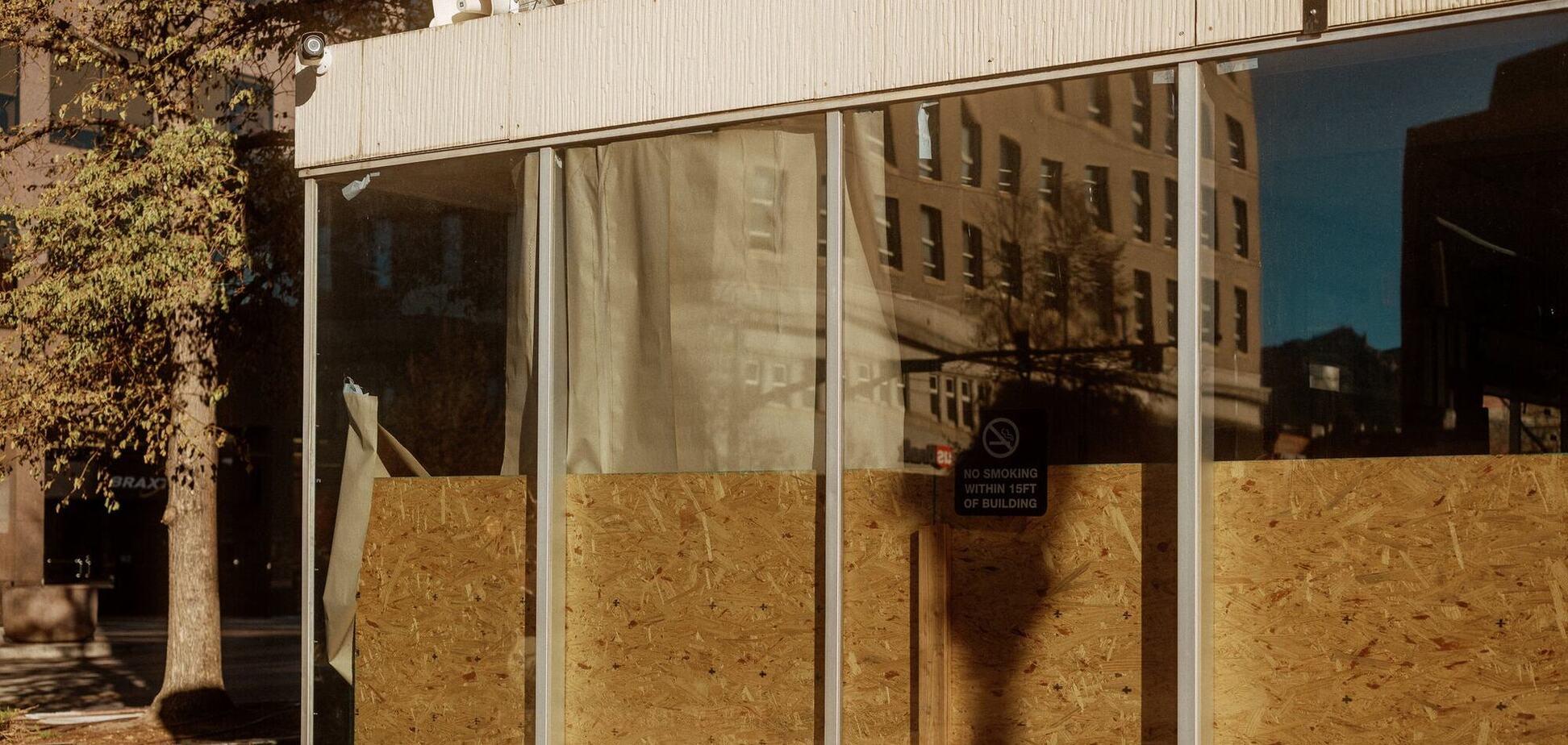 Скло нижніх поверхів в Нью-Йорку закривають фанерою