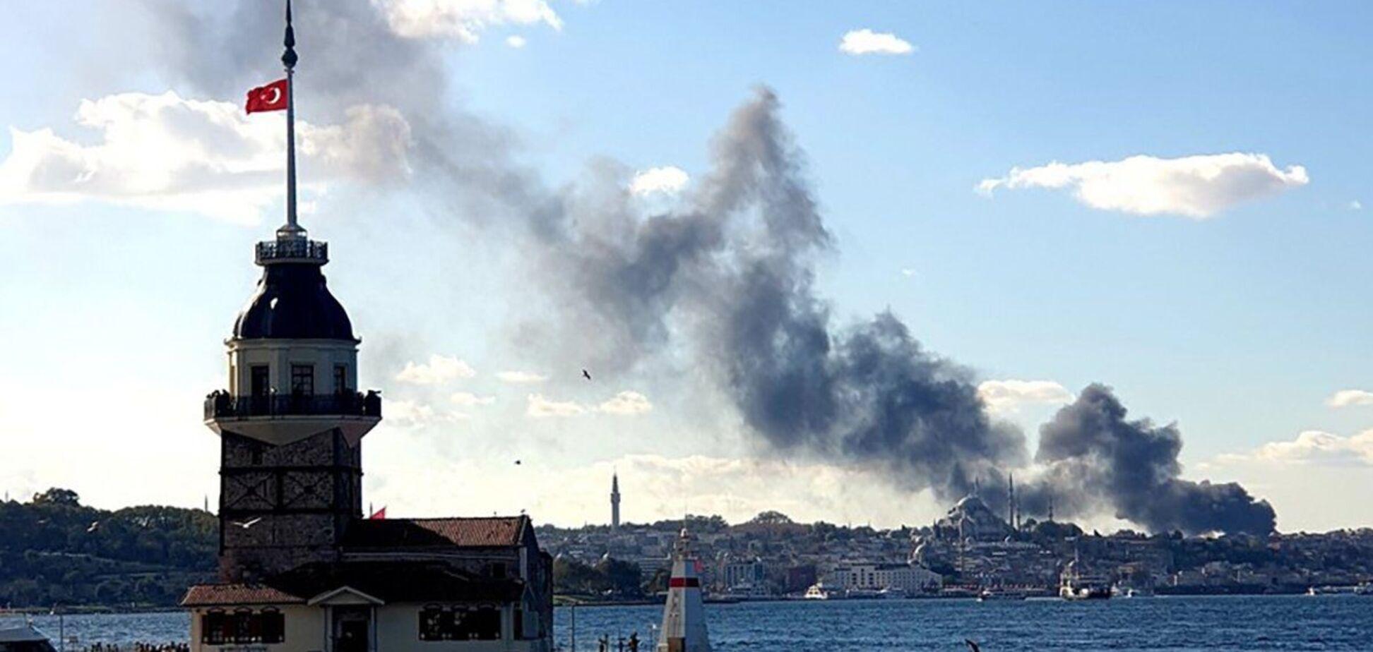 З будівлі лікарні валить густий чорний дим