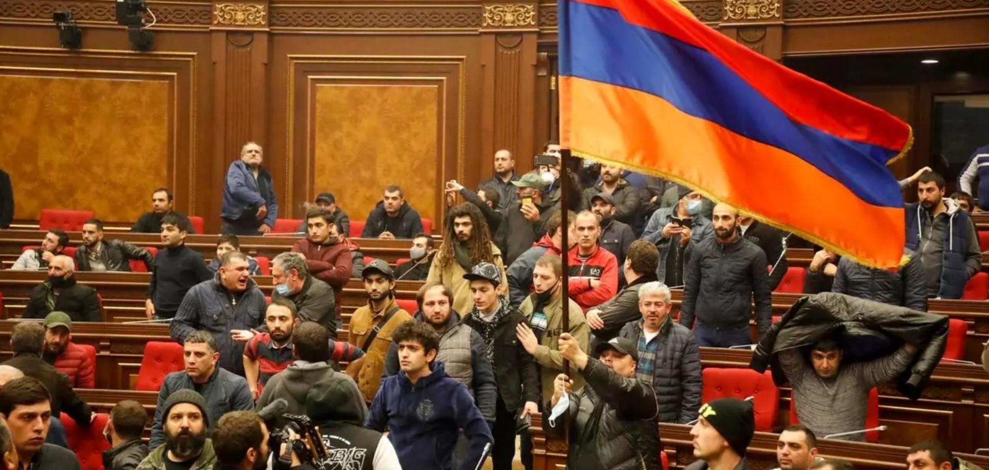 У Єревані протестувальники увірвалися в парламент